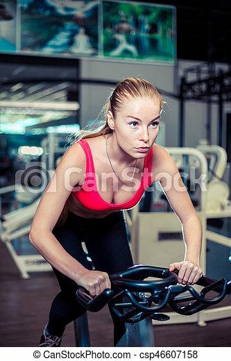 workout., vrouw, werkende , jonge, gespierd, gym, fiets, cardio, intens, oefening, uit - csp46607158