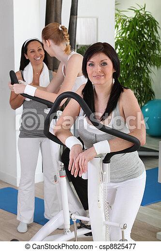 wykonuje, sala gimnastyczna, kobieta - csp8825477