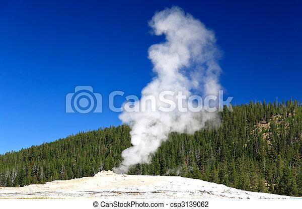 El viejo fiel géiser de Yellowstone - csp3139062