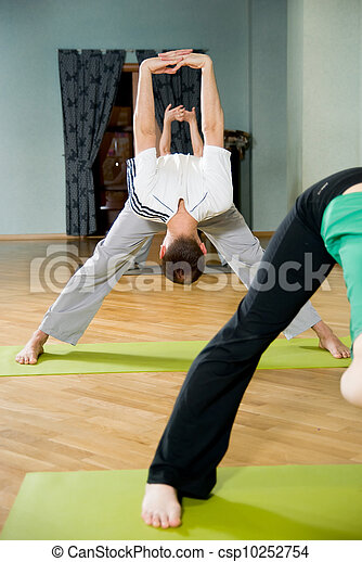 haciendo yoga en un pasillo