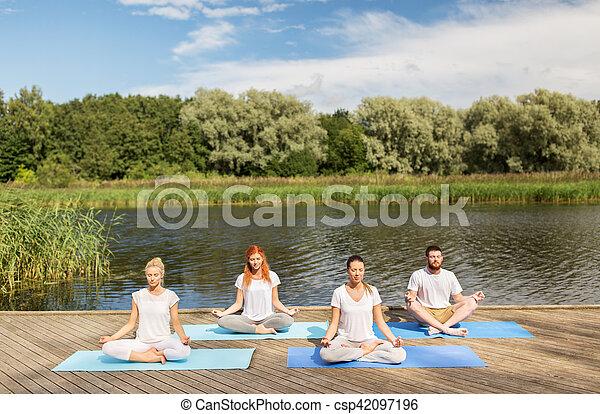 gente meditando en loto de yoga posan al aire libre