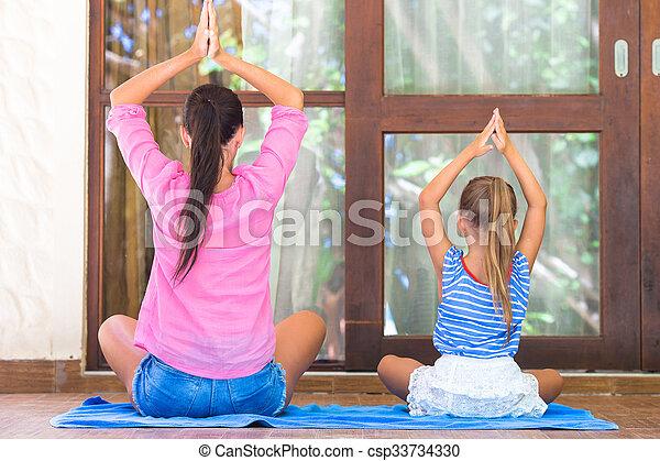 Ejercicio De Yoga En La Terraza Por Mamá Y Chica Felices En