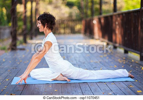 Yoga de mujer de mediana edad - csp11070451