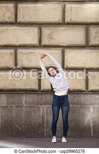 pose de yoga de palmera chica deportiva en la calle