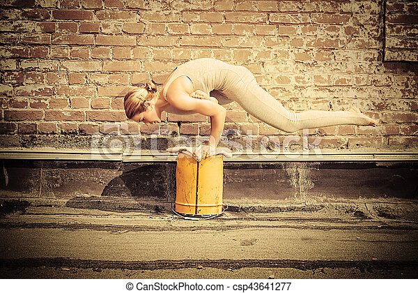 Practicando yoga - csp43641277
