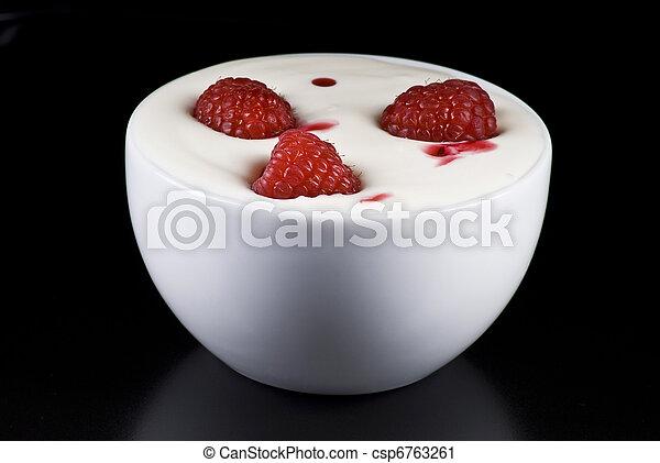 Yogurt con frambuesas - csp6763261