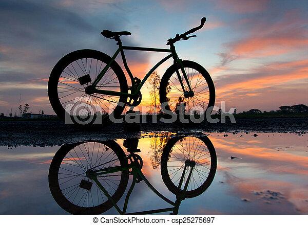 západ slunce, silueta, jezdit na kole - csp25275697