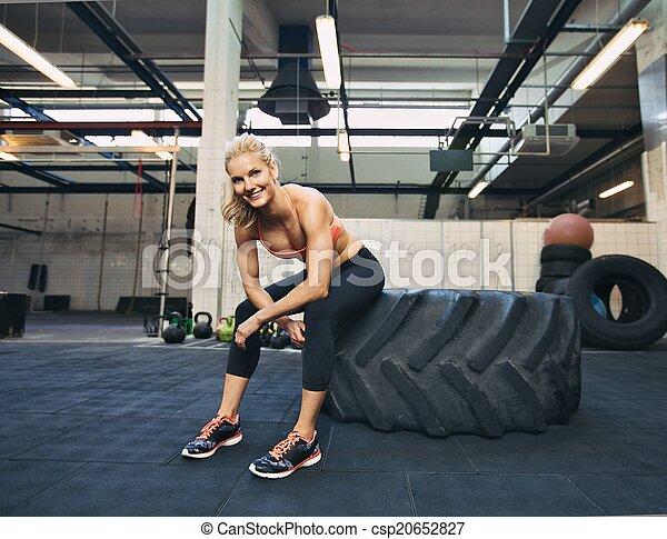 zäh, crossfit, athlet, nach, rest, weibliche , nehmen, workout - csp20652827