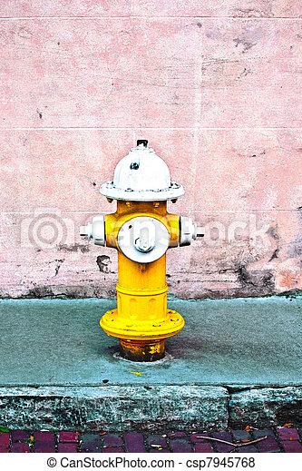 zünden hydranten, gelber  - csp7945768