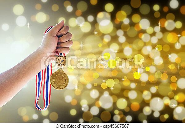 złoty, concept., do góry, dzierżawa, przeciw, medal, człowiek - csp45607567