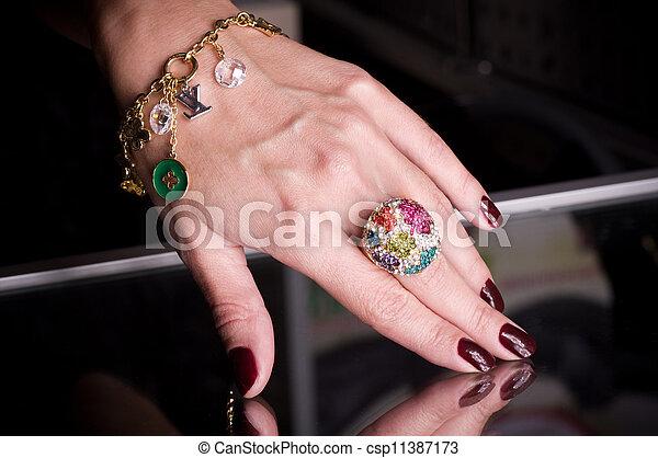 złoty, czarnoskóry, biżuteria, ręka - csp11387173