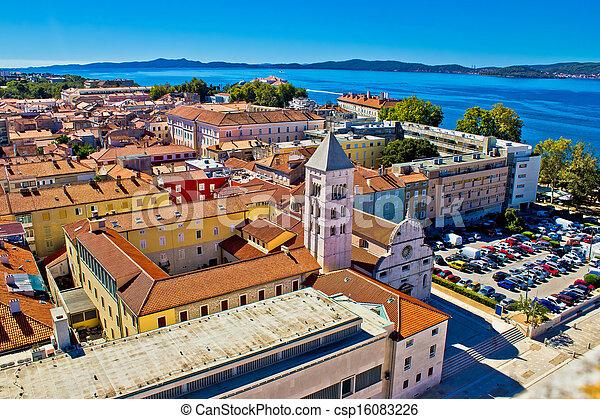 Los tejados de Zadar a la vista aérea de la ciudad - csp16083226