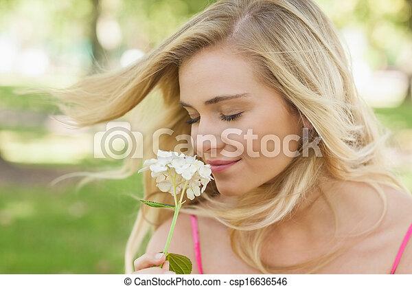 zadowolenie, kwiat, wspaniały, pachnący, kobieta, zamknięte wejrzenie - csp16636546