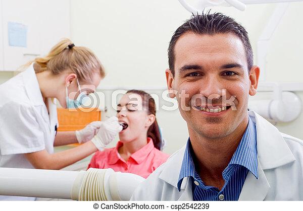 Hübscher Zahnarzt - csp2542239