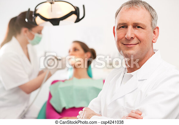 Zahnarzt in seiner Operation - csp4241038
