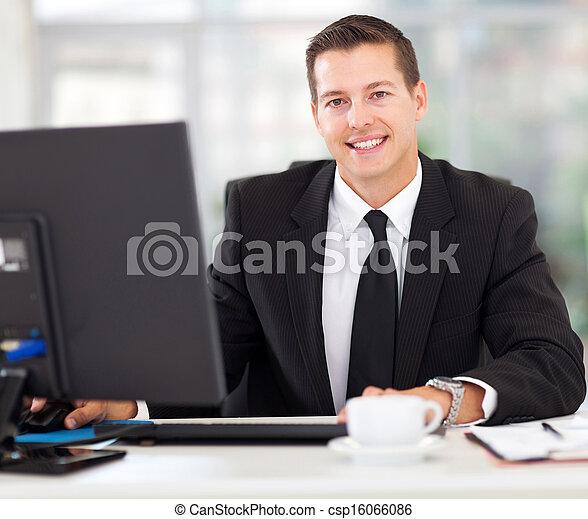 zakenman, kantoor, zittende  - csp16066086