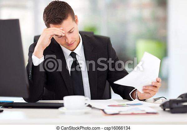 zakenman, lezende , documenten - csp16066134