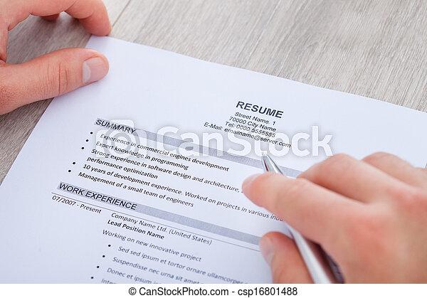 zakenman, lezende , hervatten - csp16801488