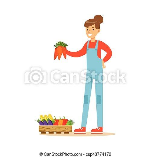 Mujer sosteniendo un montón de zanahorias, granjero trabajando en la granja y vendiendo en el mercado natural de productos orgánicos - csp43774172