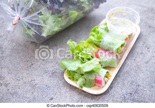 zdrowe jadło, wały, sałata - csp40630509