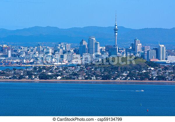 El horizonte de la ciudad de Auckland desde la isla de la nueva Zelanda - csp59134799