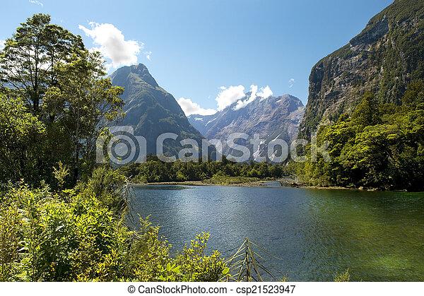 Rastro Milford, paisaje pintoresco, nueva Zelanda - csp21523947