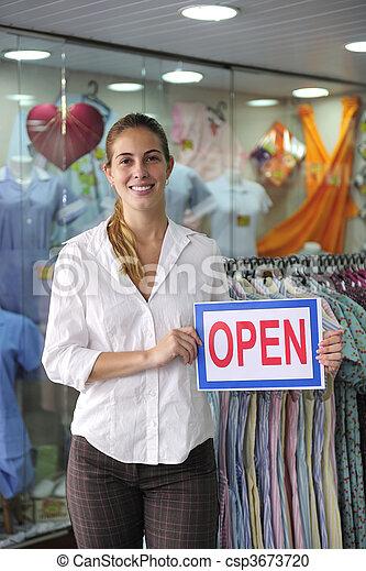 Einzelhandel: Ladenbesitzer mit offenem Schild - csp3673720