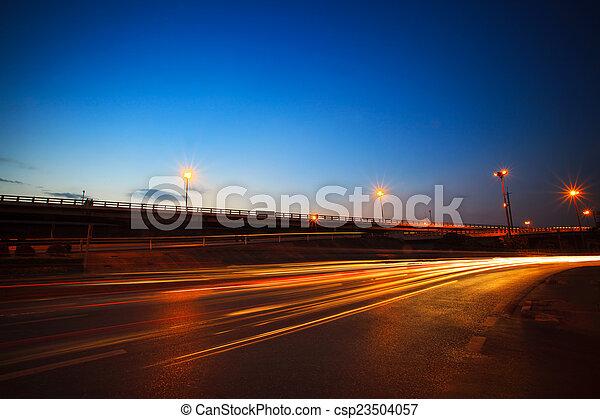 Wunderschöner blauer Himmel Gipfel der Dämmerung und Lichtfarbe - csp23504057