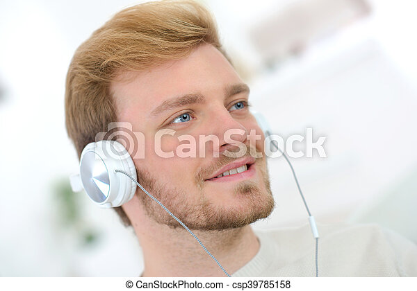 zene hallgat, ember - csp39785158