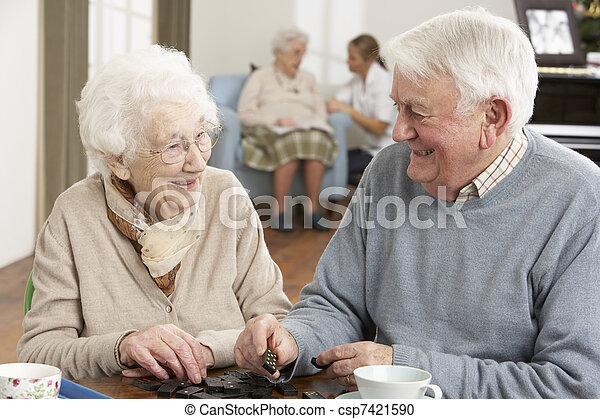 Ein Paar, das Domino spielt - csp7421590