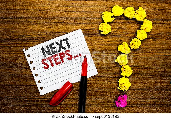 """Handschrift nächsten Schritt . Konzept bedeutet, dass der Prozess nach dem derzeitigen Planungspapier """"Papiermarker Crumpled Paper Forming Fragezeichen Holz Hintergrund. - csp60190193"""