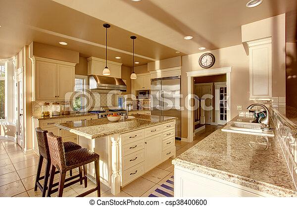 Grosser luxus-kücheraum in beigefarben mit granit ...