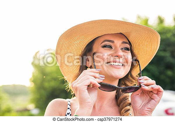 zomer, glimlachende vrouw, zonnebrillen, hoedje - csp37971274