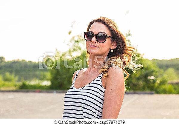 zomer, glimlachende vrouw, zonnebrillen - csp37971279
