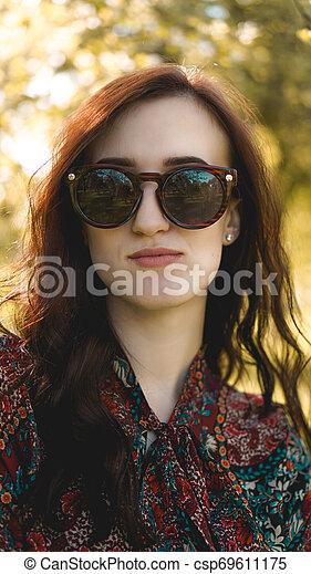 zomer, glimlachende vrouw, zonnebrillen - csp69611175
