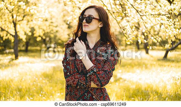 zomer, glimlachende vrouw, zonnebrillen - csp69611249