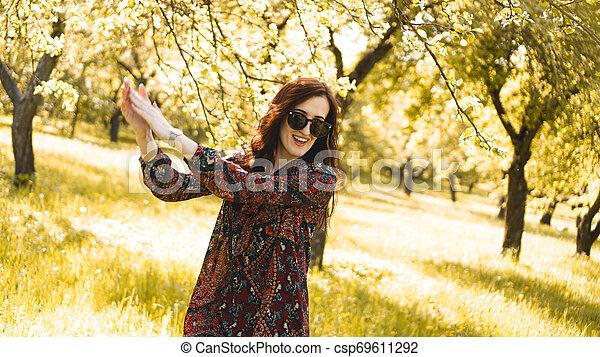 zomer, glimlachende vrouw, zonnebrillen - csp69611292