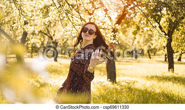 zomer, glimlachende vrouw, zonnebrillen - csp69611330