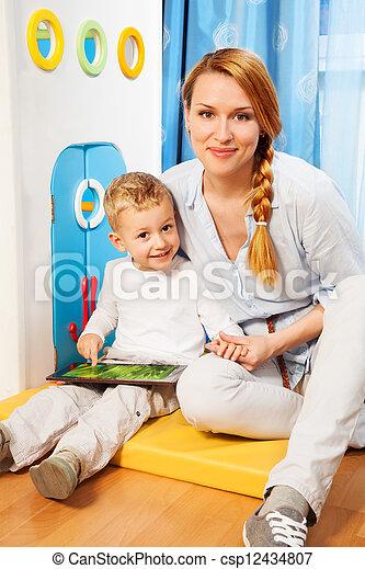 Mutter Sohn Gadget - csp12434807