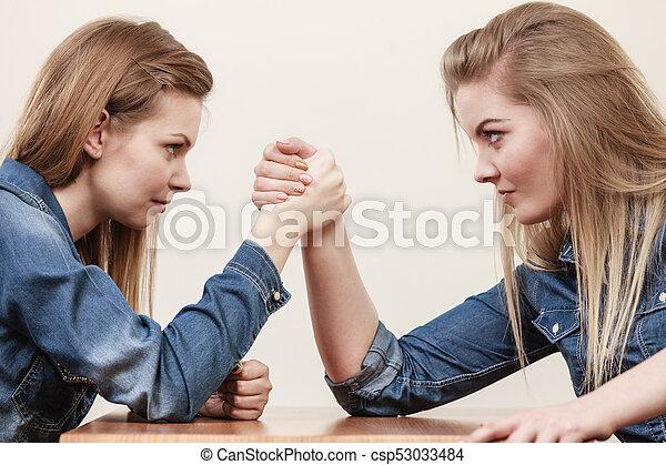 Armdrücken mädchen Kräftemessen mit